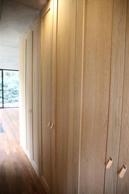 玄関入って左には幅広の収納庫。回遊式でリビングに行けます。取手と同じ高さのコンセントレバーも便利そう。