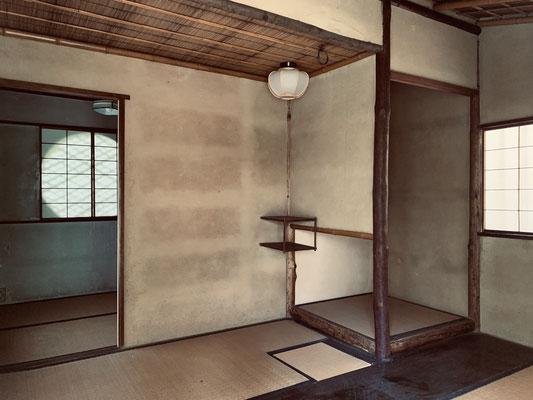 二畳半中板向切の間取り。床の間が桝床。表千家六世覚々斎原叟宗左の好みか?