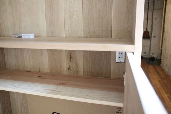 スマホなどを充電する台の下に、見せないコンセント収納。