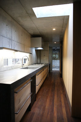 キッチンの奥に洗面所・洗濯機。家事動線、すごく良さそう!!