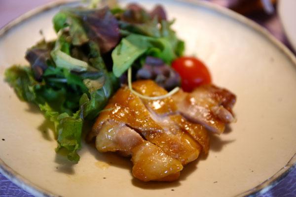 甘辛く焼いた鶏肉。冷めても美味しいのでお弁当にもいいとか。