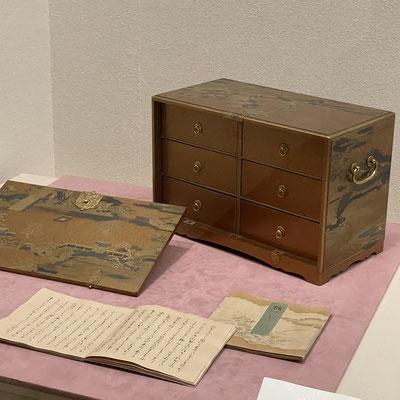 「石山寺蒔絵源氏箪笥」源氏物語を収納するために作られた書箪笥。