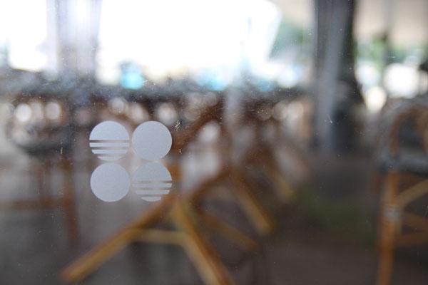 ヨットハーバーに隣接したカフェ。こちらは外来客用の為か「月」は無く「太陽」のみ。波の模様か?佐藤可士和のデザインに似たものを感じる。