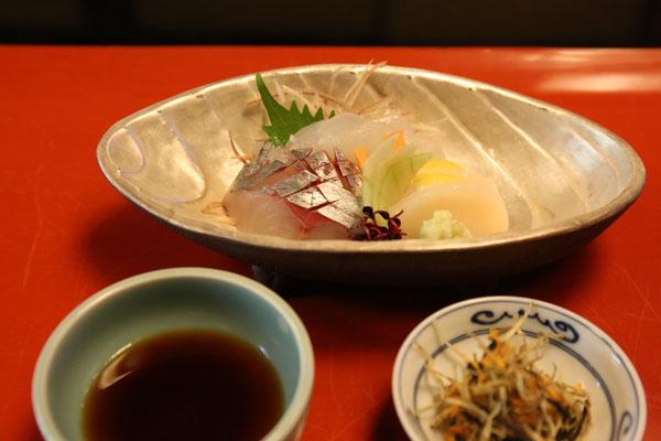 ごぼうや人参を揚げて塩昆布で和えたものを白身魚と一緒に頂く