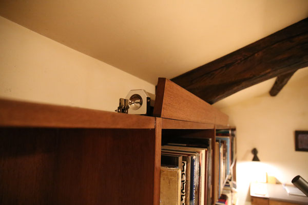 スクリーンは本棚の上に隠れていました