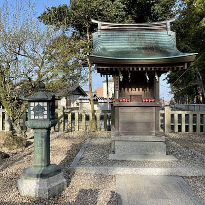 学問の神 天満宮 灯籠は菅原道真公の愛した梅の模様