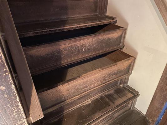 階段には引き出しが