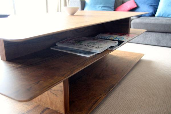 テーブル下収納。雑誌やPCが散らかりません。