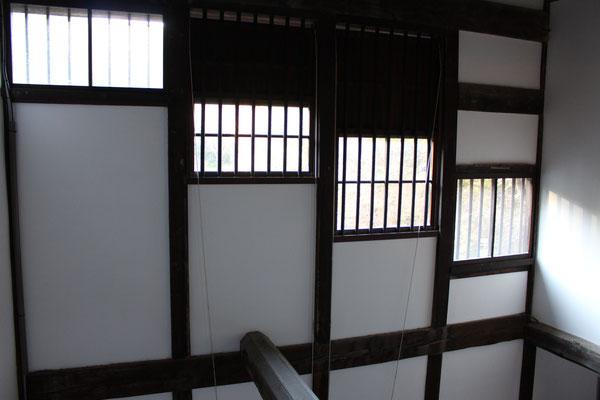 隣の屋根の高さに合わせた窓。覗かれなくていいですね。