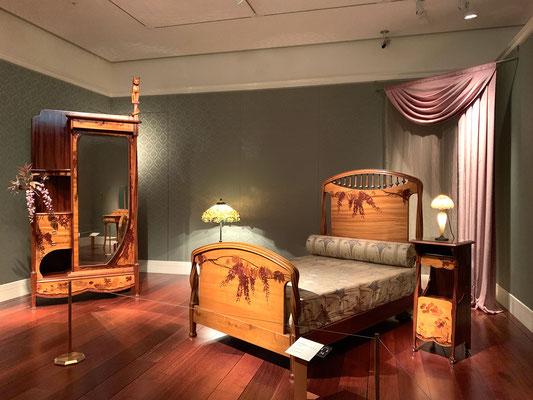 ルイ・マジョレル 寝室用家具 藤の花でしょうか?和の雰囲気も感じられますね