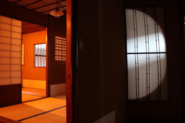 茶室の扉を閉めると隣の部屋に半月が浮かび上がる仕掛け。言葉を使わず様子を表す知恵に感動。