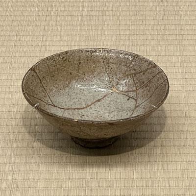 青井戸茶碗 井戸茶碗特有の枇杷色の釉色が青みを帯びている。