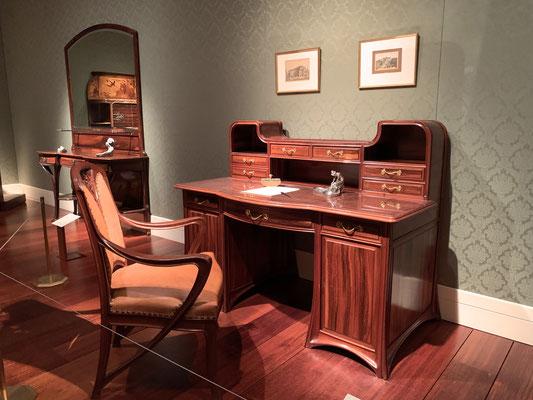 この引き出しに何入れようかな…と空想にふけってしまいました。隣にこぶりな「婦人机」があります。