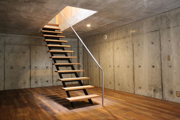 階段下。スッキリしてていいですね。収納庫を作っても使いにくい場所ですからね。