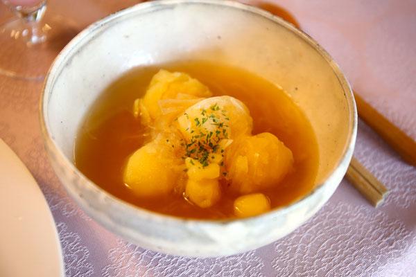スープはホストの私が担当。採れたての新玉葱とじゃがいもでコンソメスープ。