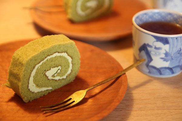 差し入れの抹茶ロールケーキ