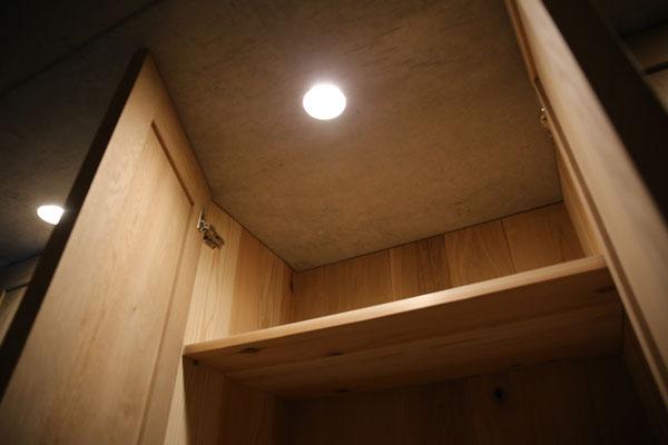 クローゼットの中が見やすい様に照明は大切ですね。