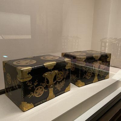 挟箱(はさみばこ)は、衣類などを入れて持ち運ぶための担い箱。