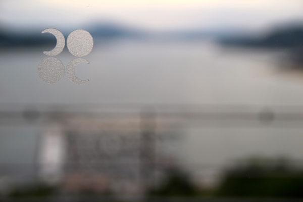 ベラビスタのロゴが窓ガラスにさりげなく貼られている