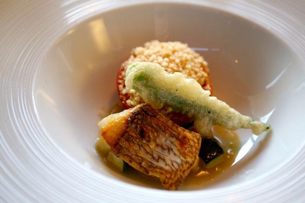 真鯛はスッキリとしていて、カレー味あられの乗ったオーブンで焼いたトマトに全員感動。