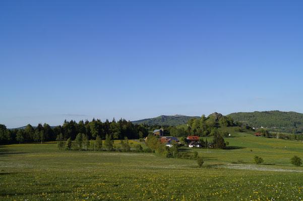 Blick auf den Wachtküppel und im Hintergrund die Wasserkuppe (vom Bodenküppel fotografiert)