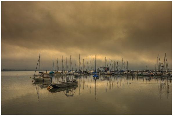 Der Jachthafen von Iznang mit Nebel und dunklen Wolken 3578