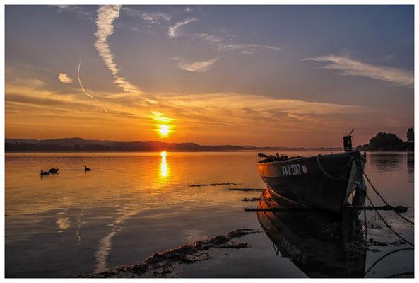 Sonnenaufgang mit Fischerboot auf der Insel Reichenau 0130