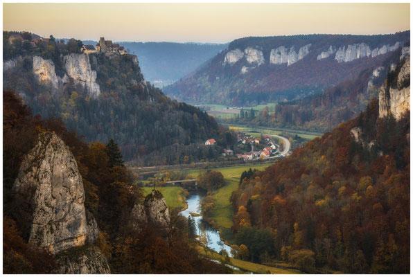 Blick auf das herbstliche Donautal mit Schloss Werenwag 1498