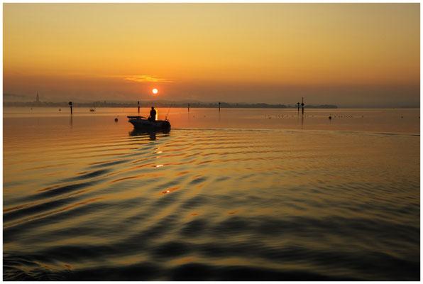 Sonnenaufgang über dem Zeller See mit Fischerboot 0547