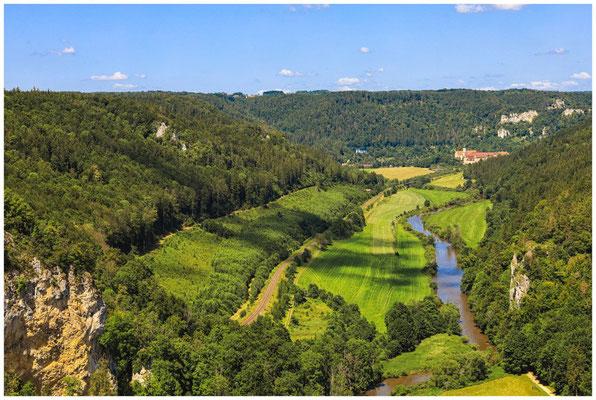 Blick vom Knopfmacherfelsen auf die Donau und Kloster Beuron 7857