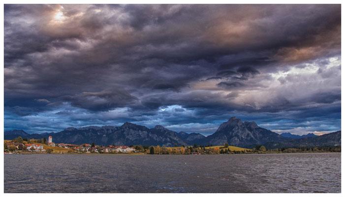 Dunkle Wolken über Hopfen am See
