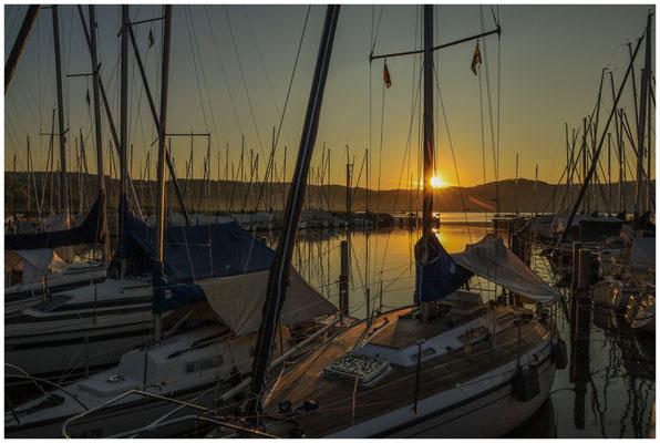 Boote im Jachthafen Bodman bei Sonnenaufgang 0159