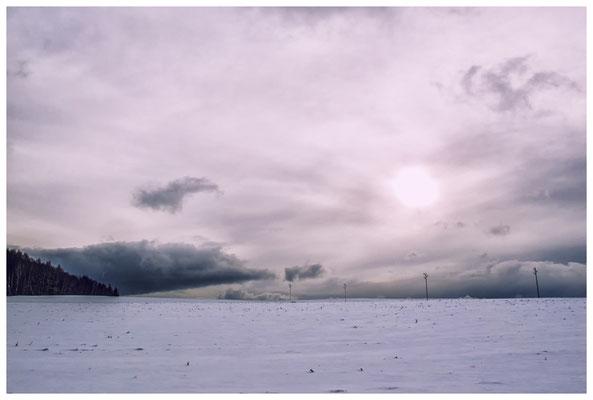 2264 Dunkle Schneewolken am Horizont...