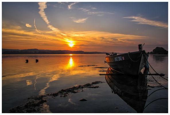 Sonnenaufgang mit Fischerboot auf der Insel Reichenau 0141