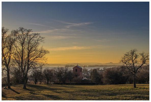 Blick über den Gnadensee in die Hegaulandschaft 2980