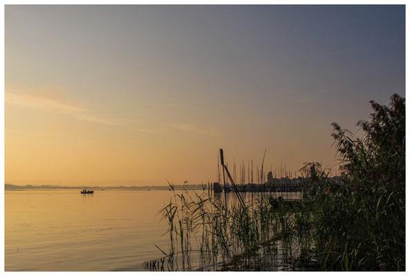 Morgenstimmung auf der Insel Reichenau mit Fischerboot 0200