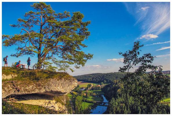 Teufelslochfelsen mit Blick auf die Donau und Burgruine Dietfurt 4263