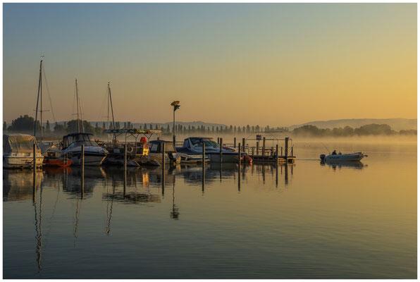 Boote im Jachthafen von Moos im Morgenlicht 0595