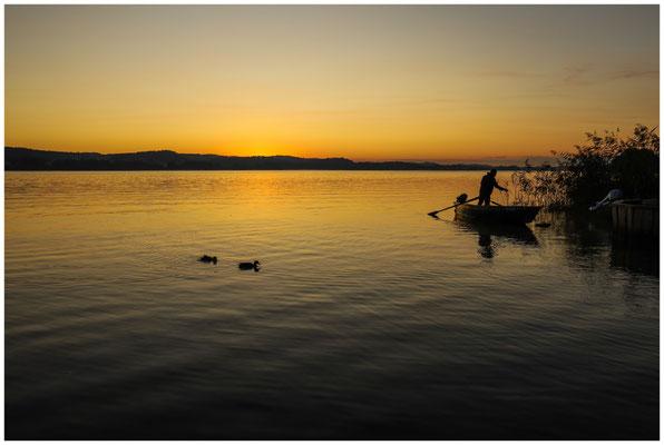 Fischer in der Morgendämmerung vor der Insel Reichenau 0730