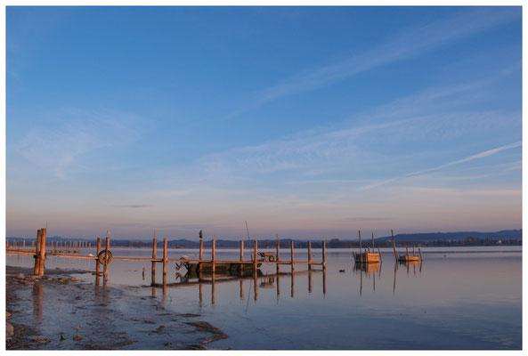 8101 Bootssteg mit Fischerboot und Fischreusen in Iznang