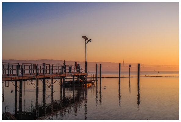 8429 Schiffsanlegestelle in Moos im Morgenlicht
