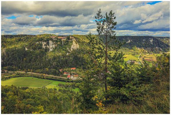Schloss Werenwag und die Gemeinde Langenbrunn vom Hohlen Fels aus gesehen 8320