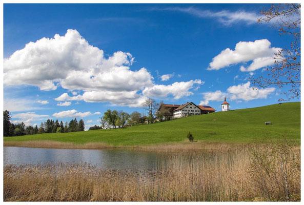Hegratsriedersee mit Kapelle und Bauernhof