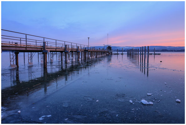 Morgendämmerung am Schiffsanleger in Iznang 5967
