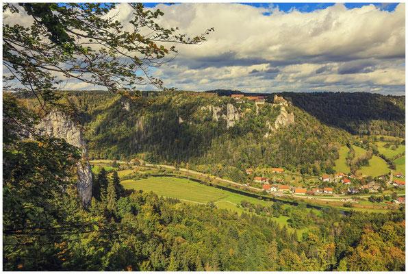 Schloss Werenwag und die Gemeinde Langenbrunn vom Hohlen Fels aus gesehen 8346