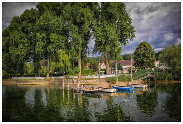 Ankernde Boote im Uferbereich von Hemmennhofen 9379