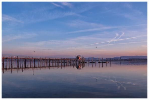 8077 Schiffsanlegestelle Iznang im Morgenlicht