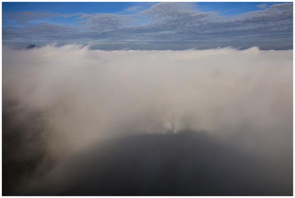 Links ist der Gipfel vom Hewen noch knapp zu sehen - im Vordergrund der Schatten des Hohenkrähen 4861