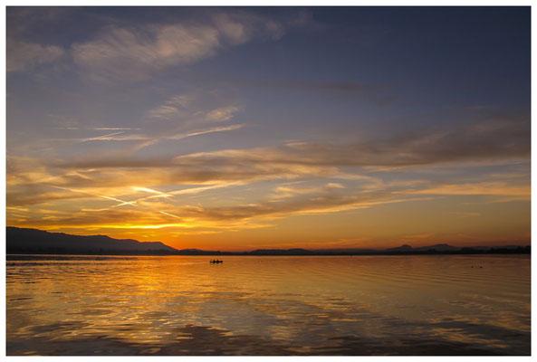 7070 Kanufahrer bei Sonnenuntergang über dem Hegau