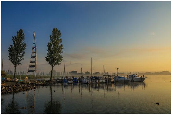 Morgenstimmung im Jachthafen von Moos mit Solarturm 3560